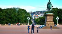Oslo. Famílies passejant pels jardins del Palau Reial.
